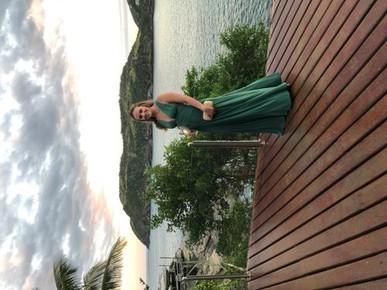 Madrinha de casamento em Búzios no dia 20/04, vestido, clutch e brincos Dress & Go.