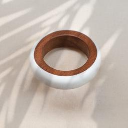 Pulseira redonda madeira e resina Branca.